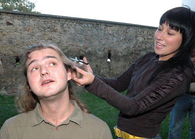 VLASY. Historický okamžik. Kvůli Jarkovi Metelkovi zRychlých šípů mě kolegové připravili omé několik let pěstěné vlasy.