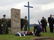 Nad Krhovem zazněly v neděli 31. srpna tři salvy čestné stráže. Na počest padlých letců.