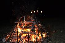 Na rozhledně nad Bojkovice už pošesté zapálili signální oheň.