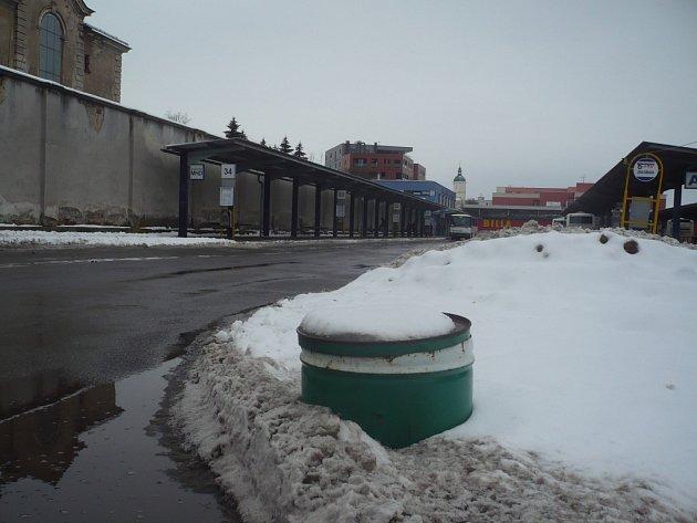 Nové bedny s posypem na namrzlé cesty a chodníky by někteří Hradišťané uvítali. Vedení města ale tvrdí, že tyto nádoby slouží spíše jako terč vandalů.