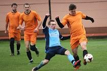 Fotbalisté Drslavic hostili ve šlágru okresního přeboru Šumice (v oranžovém). Utkání skončilo remízou 2:2.