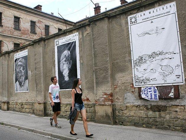 Letní filmová škola 2015 v Uherském Hradišti. Vernisáž výstavy Dramat Wolności na nádvoří věznice.