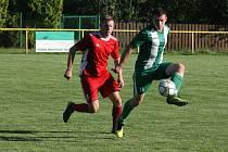 Útočník Jarošova Zbyněk Pavlas (v červeném dresu) ještě coby hráč Uherského Ostrohu v derby se sousední Ostrožskou Novou Vsí.