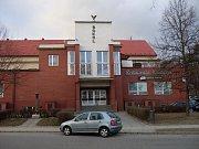 Tropic club, kde se mladík pokusil rozměnit falešnou bankovku, sídlí v prostorách sokolovny.