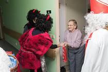 Premiérovou mikulášskou nadílku připravily svým klientům-seniorům pečovatelky staroměstského střediska Včelka senior care.