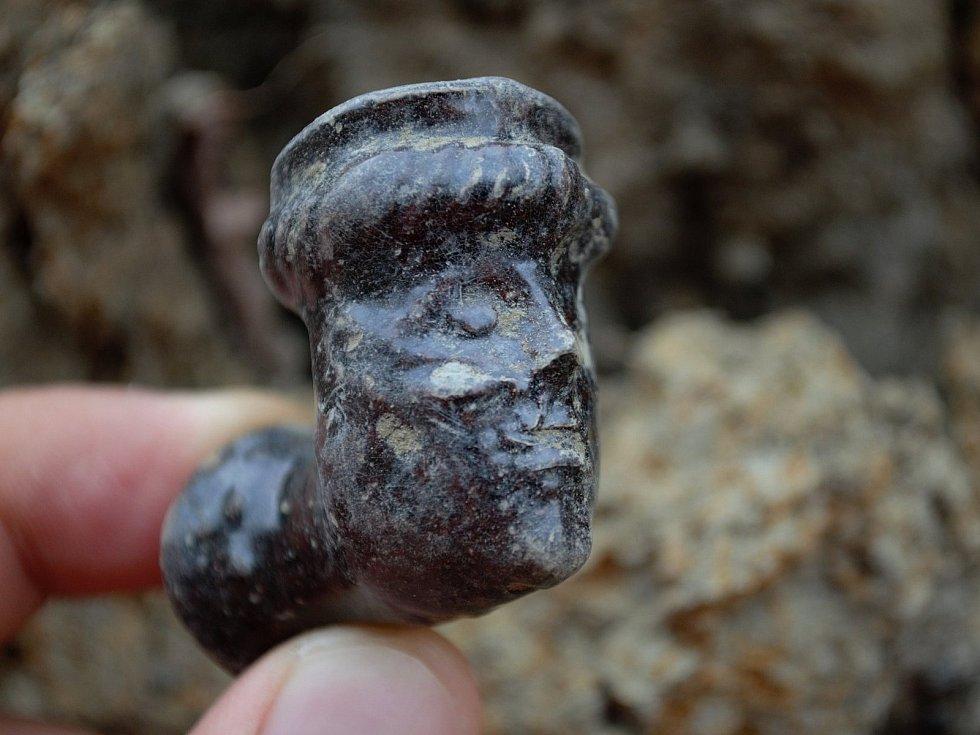 Archeologové Slováckého muzea nalezli u základů hradeb ze 17. až 18 století v uherskohradišťské ulici Kollárova dýmku ve tvaru lidského obličeje.