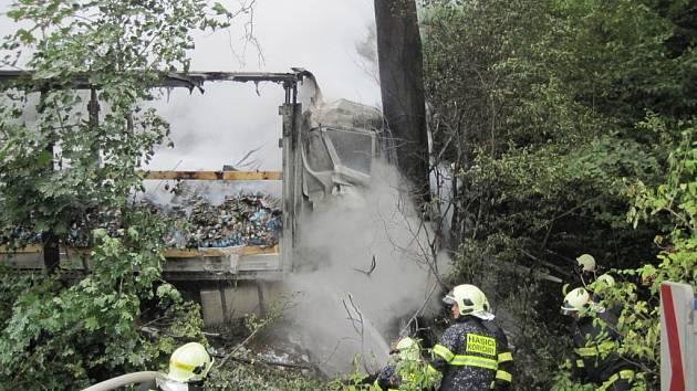 Řidič zemřel na Slovácku při nehodě a požáru nákladního vozu