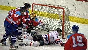 David Šrenk (ležící na zemi) střílí čtvrtý gól do sítě Brumova, kterým vyhnal hostujícího gólmana z brány.