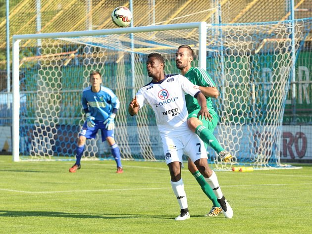 1. FC Slovácko – MFK Karviná 5:2 (1:1). útočník Slovácka Francis Koné ( v bílém), který je v klubu na zkoušce.