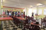Komplex školních budov je rozlehlý. Prostorná je i jídelna s chutnými pokrmy.
