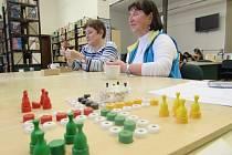 Nevidomí v Knihovně BBB v Uherském Hradišti ukázali své verze deskových her.