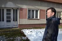 Pavel Šupina před domem seniorky. Všiml si, že žena měla přeplněnou schránku, což jí zachránilo život.