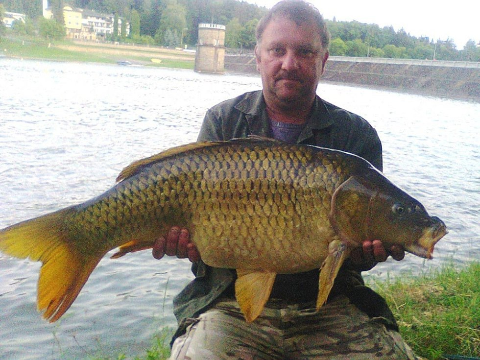 Soutěžní číslo 46 – Pavel Žmolík, kapr, 97 cm, 14kg, uloven na luhačovické přehradě.