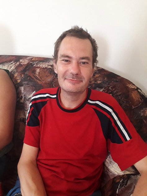 Kvůli duševnímu onemocnění je dvaačtyřicetiletý Petr Pišinger od roku 1995vinvalidním důchodu. Na snímku je sním Květa Kovaříková.