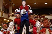 Pro Romana Hruboše (na snímku uprostřed) je na přípravách na jízdu králů nejtěžší výuka valčíku.