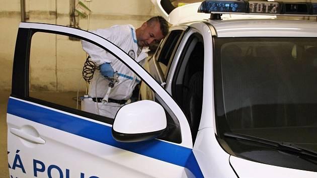 Pracovník odborné firmy při nástřiku nanotechnologie do služebního vozu strážníků Městské policie Vsetín.