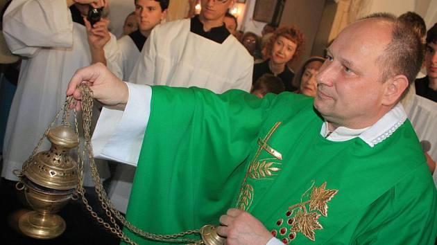Vysvěcení mozaiky se ujali P. Rudolf Chmelař s knězem P. Jiřím Kovářem.