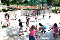 BITVA. Válečné tažení kluků proti holkám s molitanovými míčky.