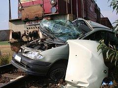 Řidič zřejmě přehlédl nákladní vlak.