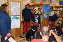 Knihovnu v Bojkovicích zaplnili psí záchranáři.