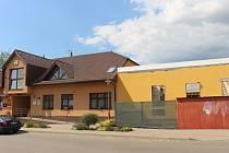 Po vleklých soudních sporech mohli zaměstnanci stavební firmy konečně začít pracovat na přestavbě Kulturního sálu v Suché Lozi.