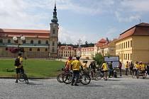 Po mši svaté se shromáždili cyklopoutníci na nádvoří před velehradskou svatyní.