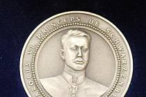 Medaile k sedmdesátému výročí obnovení českého převorství řádu svatého Lazara Jeruzalémského (na malých snímcích) vznikaly v hradišťském ateliéru André Víchy.