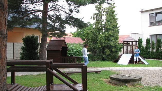 Předškoláci v Huštěnovicích se dočkali vylepšeného hřiště. Vpravo na něm je starostka Jarmila Ulmanová.