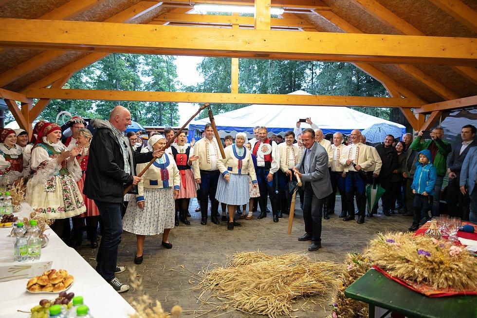 V posledním srpnovém dnu si obec Dolní Němčí, coby vítěze celostátního kola Vesnice roku 2018 a jeho tradice prohlédla hodnotící komise soutěže Evropská cena obnovy vesnice. Cepů se u ukázky dožínek museli chopit také rakouští porotci Klaus Juen aHubert T