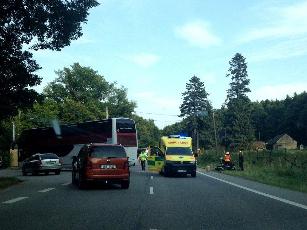 Ke střetu motorkáře s autobusem došlo v neděli 12. července okolo 18.00 hodiny v Chřibech u motorestu Tramp.