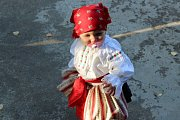 Pestrosti slováckých krojů dalo vyniknout při hodech vNedakonicích krásné tereziánské babí léto.