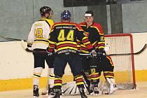 Hokejisté Uherského Ostrohu (v tmavém). Ilustrační foto.
