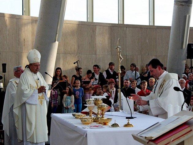 Žehnání kostela sv. Ducha ve Starém Městě se zúčastnily stovky lidí.