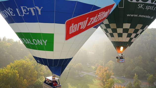 Hradišťští balonáři pokřtili největší hrokovzdušný bálón v České republice průletem nad Slováckem.