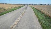 Olejovou skvrnu táhnoucí se jeden kilometr likvidovali v neděli 30 července dopoledne hasiči mezi Polešovicemi a Moravským Pískem. Olej unikal z kombajnu.