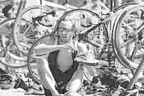 Při triatlonových závodech mnohdy rozhodují o konečném výsledku vteřiny. Někdy se dají získat i v depu, při změnách vybavení na další z disciplín. Na snímku domácí závodník Marcel Kalík.