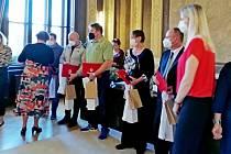 Oblastní spolek ČČK ocenil na hradišťské radnici Zlatými kříži I. až III. třídy bezpříspěvkové dárce krve. Té nejvyšší pocty se dočkali dárci, kteří ve svých rukou třímají certifikát včerveném obalu.