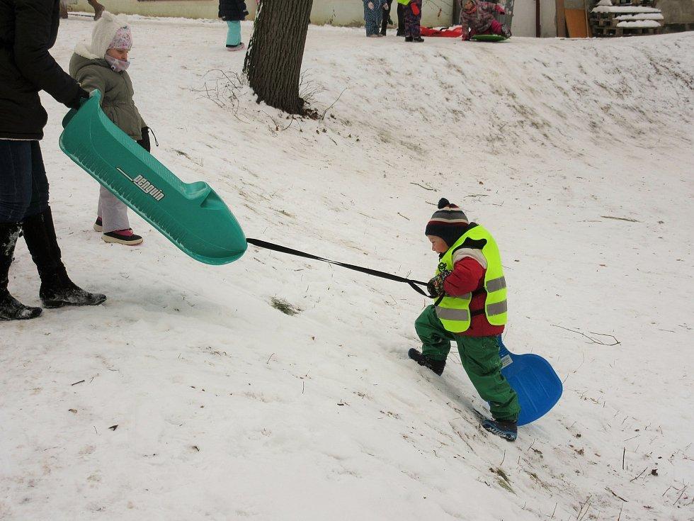 Uherskobrodské mateřinky na sněhu.