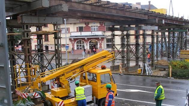 Přemostění u uherskobrodského vlakového nádraží se dostává do další etapy.