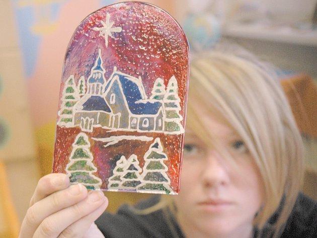 Děti z prakšické základní školy tvoří vánoční přání.