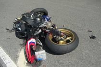 Nehoda motocyklu a auta u Starých Hutí