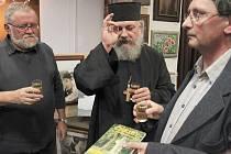 Střílecký pravoslavný kněz požehnal nové knize a přivítal ji do života.
