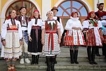 Slavnosti vína 2016 v Uherském Hradišti.  MOJE BOTEČKY CUPY, DUPY, moderovaná přehlídka součástí krojového vybavení, hraje CM Mladí Burčáci.