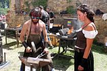 Buchlov – Už podesáté bude třetí srpnový víkend na starobylém hradě Buchlově patřit desítkám kovářům a nožířům, kteří budou návštěvníkům tradiční akce ukazovat, že se z kovu dá vytvořit téměř cokoliv. První údery do kovadlin se začnou ozývat v pevnosti už