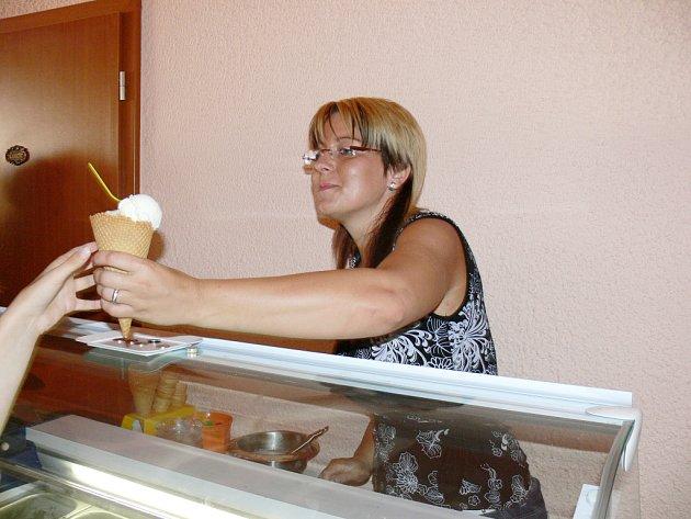 Ve své holešovské kavárně nabízí Lenka Bakalíková zákazníkům mimo jiné i několik druhů zmrzliny.