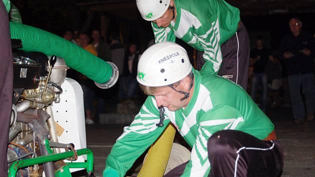 Noční soutěž požárního útoku v Kněžpoli.
