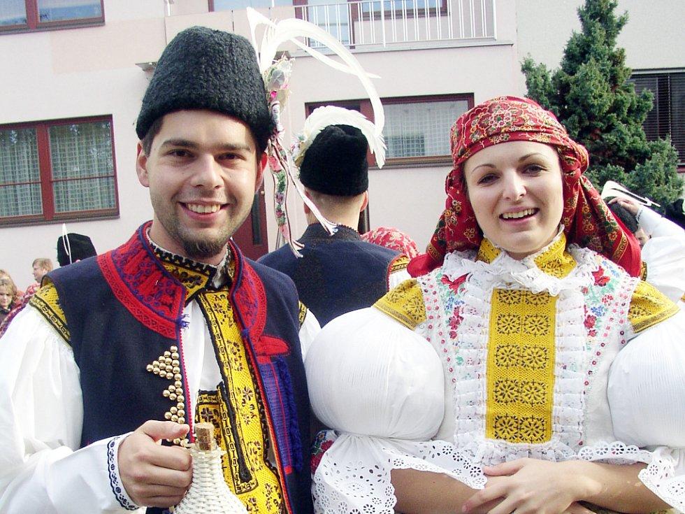 Před domem stárky Veroniky Hubáčkové se sešla prakticky celá obec. Dočkali se přivítání, koláčků i slivovice.