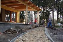Dělníci  betonují novou promenádu.