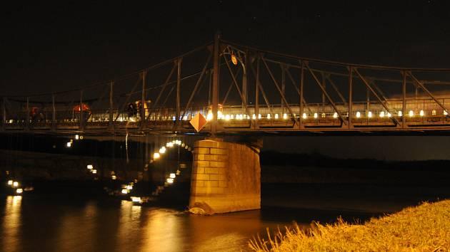 Most v Kostelanech se rozzářil betlémským světlem.