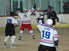 Hokejisté Old Stars Uherský Ostroh (v tmavém) sice na hradišťském ledě vstřelili úvodní branku zápasu, domácí Rangers ale díky trefám Martináka ještě v první třetině vývoj otočili a v prostřední části svůj náskok navýšili na 3:1.
